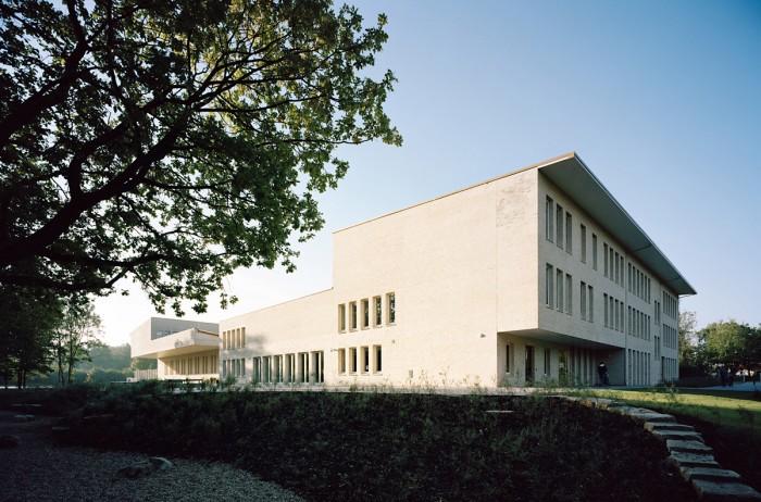Die 5-zügige integrative Grundschule wurde als kompaktes, zwei- bis dreigeschossiges Bauwerk entworfen.