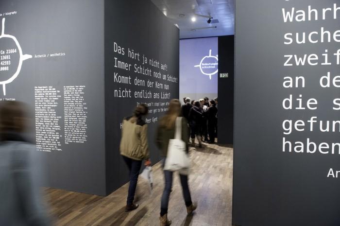 """Weiterdenken  """"Das hört ja nicht auf! Immer Schicht um Schicht! Kommt denn der Kern nun nicht endlich ans Licht?"""" lässt Ibsen seinen Peer Gynt sagen. Nicht abschließend sind die Inhalte der Ausstellung, immer weiter könnte man durch die Geschichten der Ausstellungsstücke streifen. Der Besucher ist eingeladen, sich selbst auf Entdeckungsreise zu begeben. Foto © Sebastian Bolesch, Humboldt Lab Dahlem, Staatliche Museen zu Berlin"""