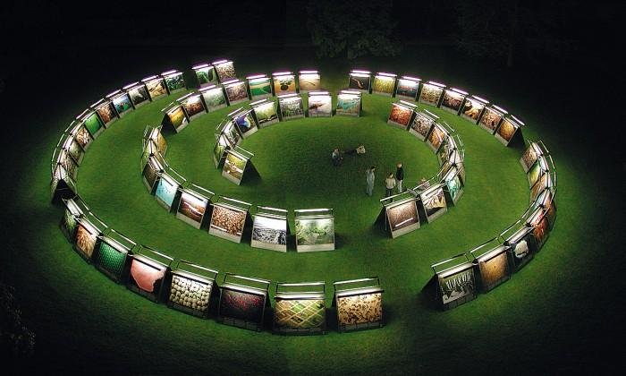 Ausstellung bei Nacht  Um die Fotografien auch bei Nacht zeigen zu können, wurden die beidseitig bespielbaren Module mit Lichtleisten ausgestattet. Eine neu entwickelte Antigraffiti-Folie schützte die Bilder vor Schmutz.