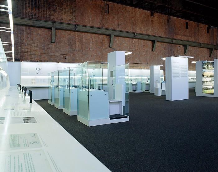 Neues Ausstellungskonzept – Die Neufassung der ursprünglichen Wehrmachtsausstellung vermittelt den Besuchern einen komplexen, auf umfassende wissenschaftliche Bearbeitung basierenden Überblick über die Verbrechen der Wehrmacht.