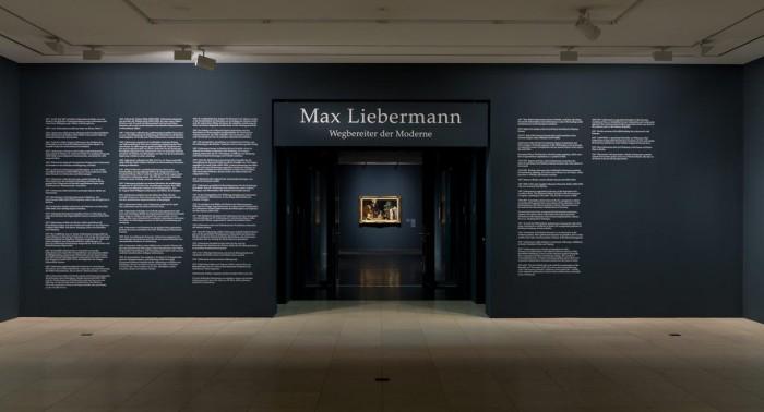Die Ausstellungsmacher konzentrierten sich besonders auf die Farbgestaltung der Räume, Bezug nehmend auf die vordergründige Farbwahl - grün - in den Kunstwerken Max Liebermanns.