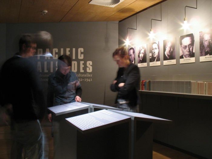 Was bedeutet Exil im Unterschied zu Auswanderung? Welche konkreten politischen Ereignisse nach der Machtergreifung der Nationalsozialisten veranlassten die Künstler, aus Deutschland zu fliehen? Einführungstexte zu Beginn der Ausstellung klären diese grundlegenden Fragen. Porträts der zehn Autoren geben den Besuchern einen ersten Überblick über die Protagonisten der Ausstellung.