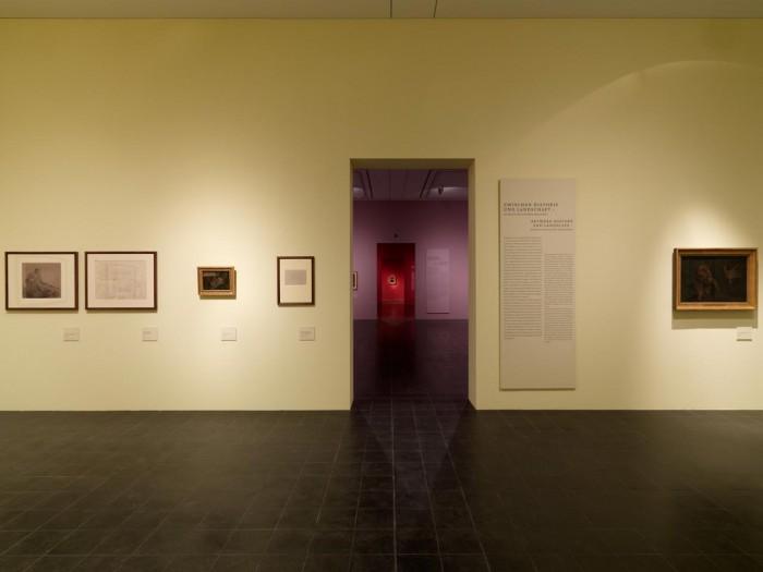"""Abstufungen und Kontraste  Das Farbkonzept für die Ausstellung folgt den Prinzipien der """"Farbenkugel"""". So bilden die Wandfarben durch die Raumfluchten Farbabstufungen oder Farbkontraste, wie hier beispielsweise die Komplementärfarben gelb und lila. Foto © Kay Riechers"""