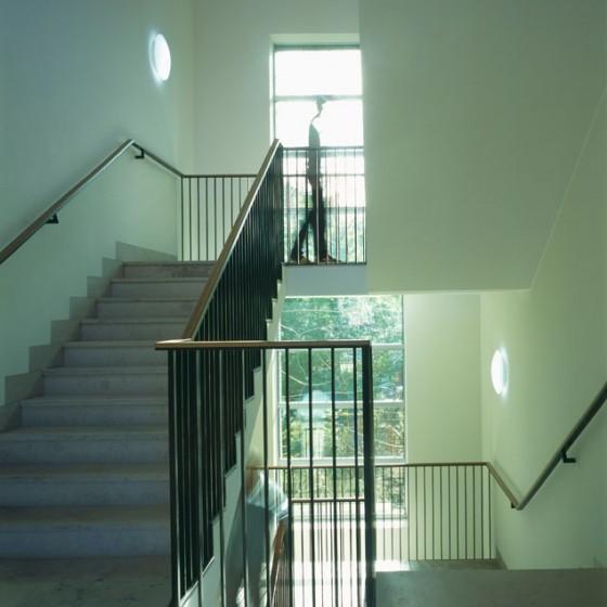 Treppenhaus  Über das zentrale Treppenhaus gelangen Schüler und Lehrer in die oberen beiden Etagen. Foto © Werner Huthmacher
