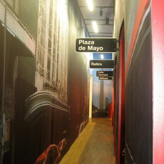 """Inszenierte Straße  Für die Sonderausstellung inszeniert Andreas Heller Architects & Designer die """"Avenida 9 de Julio"""", eine bedeutende Hauptstraße Buenos Aires', die mit ihrem Namen auf den Tag der Argentinischen Unabhängigkeit Bezug nimmt."""