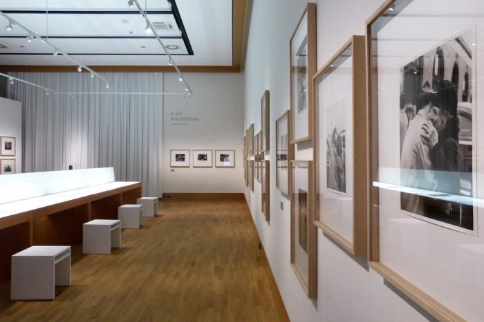 """Die Ausstellung zeigt Clemens Kalischers Bilderzyklus """"Displaced Persons"""" mit 30 eindrücklichen Fotografien. Foto © Deutsches Auswandererhaus."""