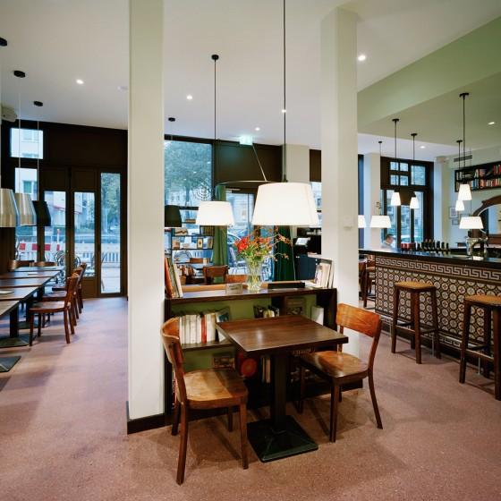 Auch die Innenräume des Cafés wurde von Andreas Heller Architects & Designers gestaltet. Foto © Dorfmüller Klier