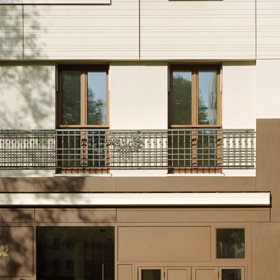 Fassadendetail: ein historisches Geländer der ursprünglichen Bebauung wurde in den Neubau integriert. Foto © Dorfmüller Klier