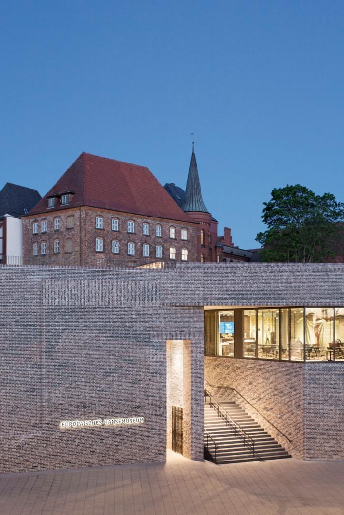 Museumsareal  Das Museumsareal reicht von der Kuppe des Burghügels bis hinunter zur Straße An der Untertrave und umfasst etwa 7.400 Quadratmeter. Der Neubau schmiegt sich an den Hügel, auf dem das Burgkloster steht. Foto © Werner Huthmacher