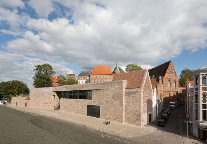Museumsareal  Das Museumsareal reicht von der Kuppe des Burghügels auf dem das Burgkloster steht bis hinunter zur Straße An der Untertrave und umfasst etwa 7.400 Quadratmeter. Der Neubau schmiegt sich an den Burghügel. Foto © Werner Huthmacher