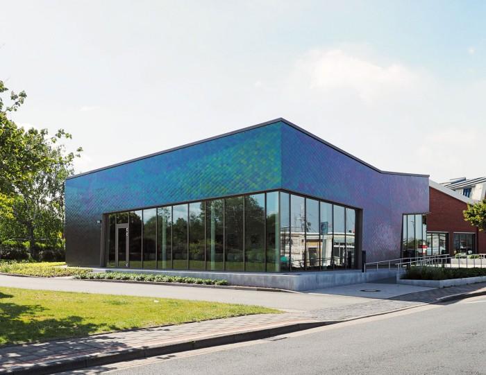 """Das Forum Fischbahnhof in Bremerhaven wurde um einen eingeschossigen Erweiterungsbau ergänzt, in dem das """"Seefischkochstudio"""" untergebracht ist. Foto © Christoph Janiesch"""