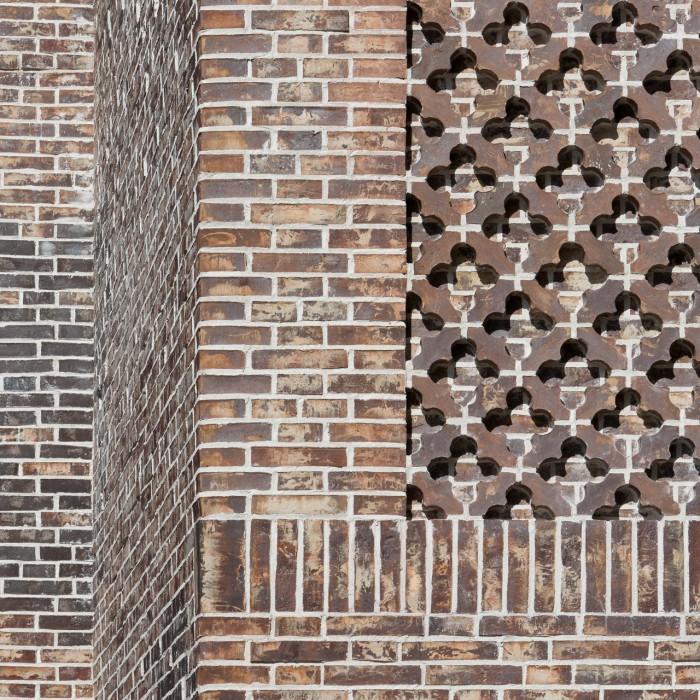 Europäisches Hansemuseum Die Backsteinfassade des Europäischen Hansemuseums unterstützt das monolithische Erscheinungsbild des Museumsneubaus mit schartigen, unregelmäßigen Ziegeln. Der mehrfarbige Stein nimmt in Form und Farbe Gestaltungsmerkmale der angrenzenden Bebauung der Lübecker Altstadtinsel auf. Die für die Giebelhausfassade vorgesehene ornamentale Verkleidung mit Vierpass-Motiv ist eine Reminiszenz an die in Norddeutschland verbreitete Backsteingotik. Foto © Werner Huthmacher  Ziegel, entworfen für das Hansemuseum, Englischer Ton, als Gasbrand von der dänischen Ziegelei Petersen Tegl handgefertigt (ca. 100.000 Stck., davon 7.000 Sonderformsteine)