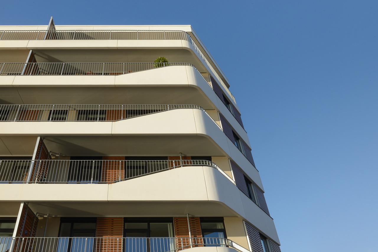 Die wellenförmigen umlaufenden Balkonbänder sind das Hauptcharakteristikum des Gebäudes, sie vermitteln eine maritime Atmosphäre. Foto © Kay Riechers