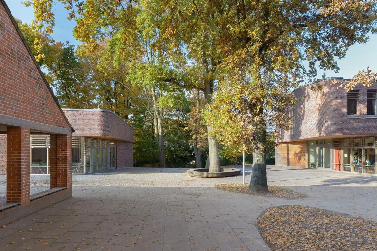 Der Haupteingang der Mensa (hinten links im Bild) liegt in der Nordostfassade und damit in unmittelbarem Bezug zu den Eingängen der Nachbargebäude. Foto © Kay Riechers