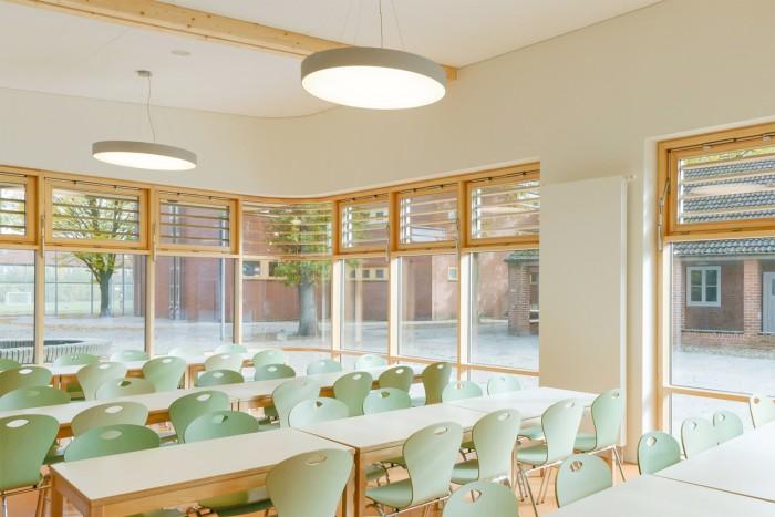 Der Speisesaal der neuen Schulmensa bietet etwa 180 Schülern Platz. In drei Schichten werden die Schüler hier täglich mit bis zu 500 Essen aus der Produktionsküche versorgt. Foto © Kay Riechers
